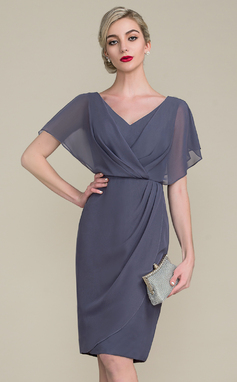 Sheath/Column V-neck Knee-Length Chiffon Mother of the Bride Dress With Ruffle (008107655)