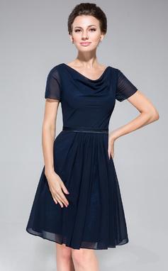 A-linjainen/Prinsessa Riippuva kaula-aukko Polvipituinen Sifonki Morsiusneitojen mekko jossa Rypytys (007050080)