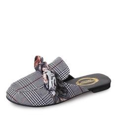 Женщины Ткань Плоский каблук На плокой подошве Закрытый мыс Босоножки Тапочки с бантом обувь (086155823)