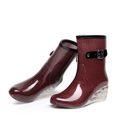 Naisten PVC Wedge heel Kiilat Kengät Mid-calf saappaat Kumisaappaat jossa Solki Vetoketju Korut Heel kengät (088127030)